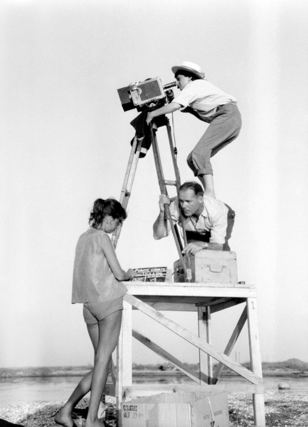 varda-agnes-004-directing-pointe-courte-1955-on-back-of-man